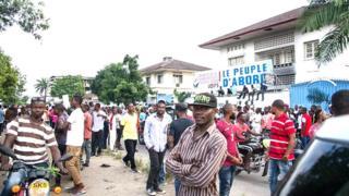 Une centaine de policiers anti-émeute ont encerclé le bâtiment après l'incendie du bus à Limete, commune du centre de Kinshasa .