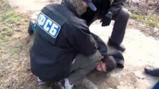 FSB görevlileri, St Petersburg saldırısıyla ilgili olarak Moskova'da bir zanlıyı gözaltına alırken