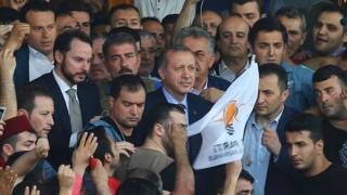 """Rodeado de una multitud que lo aclamaba, Erdogan dijo que """"el gobierno está en control""""."""