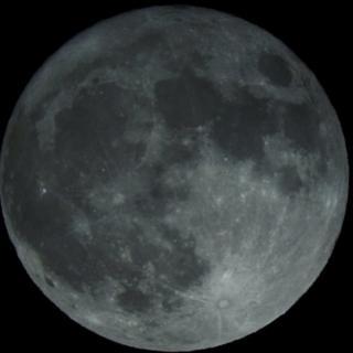 Луну было видно столь хорошо, что Шону Джорджу из Милтон-Кинз удалось сделать эту фотографию при помощи лишь обыкновенного фотоаппарата на треножнике.