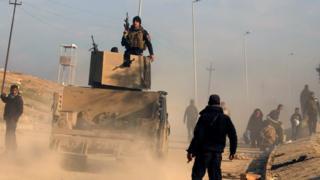 モスルの西側で警戒するイラク軍の特殊部隊