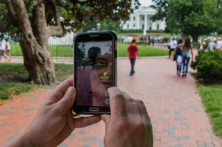 ホワイトハウスの前で表示された「ポケモンGO」の画面