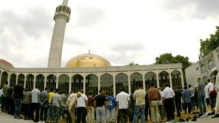 مسلمون في أحد المساجد في بريطانيا