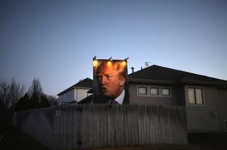 Щит с Дональдом Трампом на доме в штате Айова