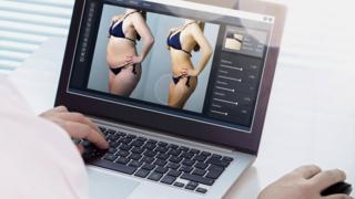 Tela de computador com duas imagens mostrando uma mulher antes e depois do Photoshop