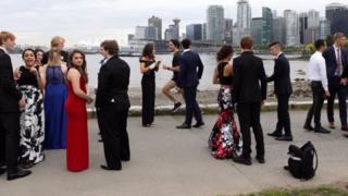 Mezuniyet fotoğrafı için toplanan öğrencilerin arasında Justin Trudeau