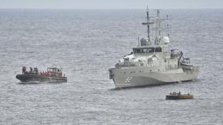 難民ボートを拿捕する豪海軍の船(2012年)