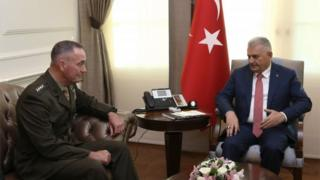 Turkish PM Binali Yildirim (r) and chairman of the US Joint Chiefs of Staff Gen Joseph Dunford in Ankara, 1 August 2016