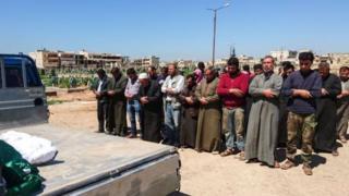 Сирияда бомба чабуулунан каза тапкан маркумдарды жерге берүү зыйнаты.