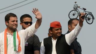 वाराणसी में चुनाव प्रचार करते सपा प्रमुख अखिलेश यादव और कांग्रेस उपाध्यक्ष राहुल गांधी.