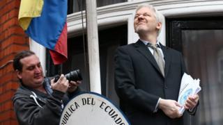 Julian Assange səfirliyin balkonunda