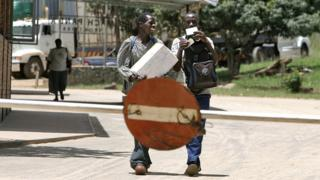 Zimbabweans crossing the border to Mozambique after visas were no longer required to enter the country in 2007.