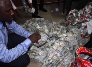 Amahera yatowe yari avanze amadolari, ama pound sterling hamwe n'amahera y'igihugu (Naira)