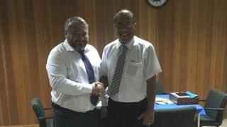 Korchalon Bakov va Kiribati prezidenti Taneti Mamau