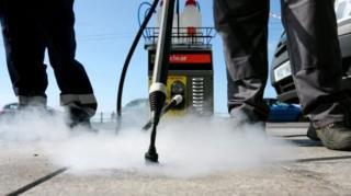 ทศบาลท้องถิ่นในอังกฤษและเวลส์เรียกร้องอีกรอบ ให้บริษัทผู้ผลิตหมากฝรั่งร่วมรับผิดชอบค่าทำความสะอาดถนนหนทางที่ติดคราบหมากฝรั่ง