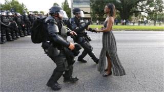 La femme derrière cette photographie, désormais célèbre, est Iesha Evans.