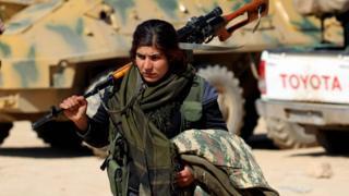 """مقاتلة من """"قوات سوريا الديمقراطية"""""""