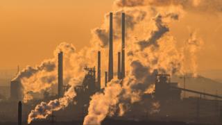 蒸气与废弃从德国奥伯豪森一家化工厂的烟囱升起(6/1/2017)