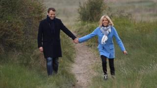 馬克龍夫婦在法國北部勒圖凱一片草地上散步(22/4/2017)