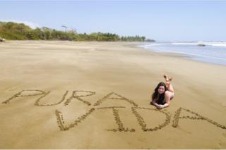 """""""Pura vida"""" escrito en una playa de Costa Rica."""