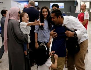 ハワイの連邦地裁判決を受けて、規制対象国からでも米国内に親類がいる人は入国できる。写真は、連邦最高裁が大統領令の部分的執行を容認した後、ワシントン・ダレス空港で抱き合う家族(6月26日)