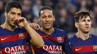 Mshambuliaji wa Barcelona Neymar katikati, 25, amewaambia wachezaji wenzake, Lionel Messi na Luis Suarez, kuwa atabakia Barca