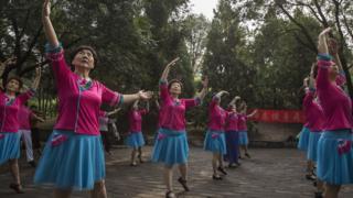 广场舞是深受中国妇女欢迎的运动方式。