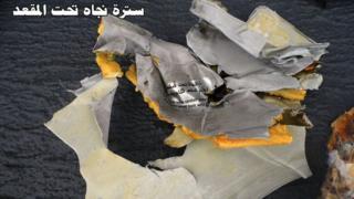 エジプト航空の文字が印刷された残骸。エジプト軍報道官の公式フェイスブックより。