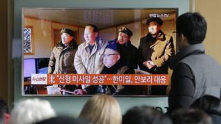 韓國民眾在電視前看金正恩的報導(資料圖片)