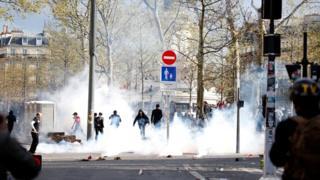 巴黎悼念劉少堯集會現場附近防暴警察向示威者發射催淚瓦斯(2/4/2017)