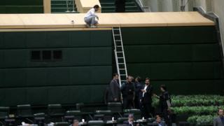 Polisler Meclis'te oturumun yapıldığı genel kurula da girerek önlem aldı
