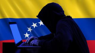 Hacker con la bandera de Venezuela de fondo.