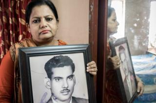 सुरैया परवीन अपनी पिता मेजबाहुद्दीन अहमद की तस्वीर के साथ