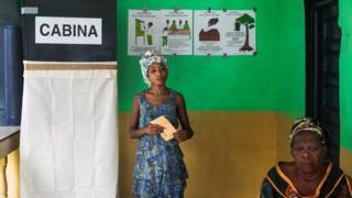 A woman casts her ballot for the Equatorial Guinea legislative elections in Malabo, Equatorial Guinea, 12 November 2017.