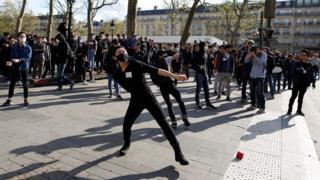 巴黎悼念劉少堯集會現場附近一名年輕示威者朝防暴警察擲物(2/4/2017)