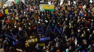 Manifestantes en el aeropuerto John F. Kennedy, Nueva York.