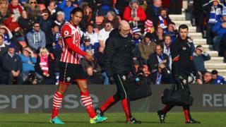 Van Dijk blessé quitte le terrain lors du match de Premier League Southampton contre Leicester City le 22 janvier dernier