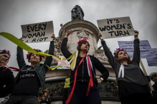 """Fransa'nın başkenti Paris'teki eylemlerde kadınlar """"Şimdi sıra kadınlarda"""" ve """"Her kadın bir isyandır"""" pankartları taşıdı"""