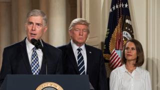 Судья Нил Горсач (слева) и президент США Дональд Трамп (по центру)