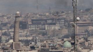 مئذنة مسجد النوري المائلة في الموصل حيث تقاتل القوات العراقية تنظيم الدولة الإسلامية لاستعادة السيطرة على غربي المدينة