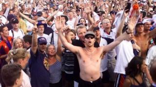 Fans like these ones dey like jolly in peace, when dem dey watch Football match