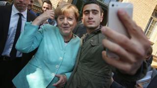 """Ce jeune migrant voulait obliger Facebook à censurer les multiples détournements de son """"selfie"""" avec la Chancelière Angela Merkel, l'impliquant dans des attentats ou des faits divers."""