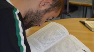 Allan leyendo.