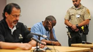 و جی سیمپسون در حال پاک کردن اشکهایش در جلسه دادگاه