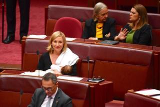 Senadora australiana amamentando no plenário do parlamento