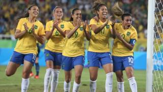 A vibração de Marta (à dir.) e da seleção feminina têm sido um dos destaques da Rio 2016