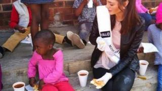 Nel-Peters en train de donner à manger à des enfants dans un orphélinat de Soweto.