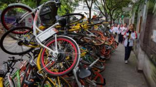 南京碑亭巷內,各種顏色的共享單車堆放在一起,色彩交織的