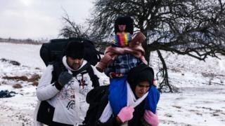 セルビアとマケドニアの国境付近を移動する難民(今月18日)