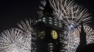 El Big Ben marca un minuto después de la media noche, en el año nuevo 2018